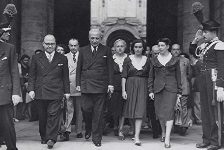 Enrico-De-Nicola-con-alcune-donne-elette-nellAssemblea-Costituente.