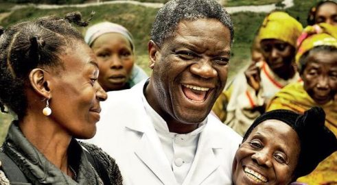 Il dr Mukwege con alcune delle sue pazienti (da Nigrizia.it)